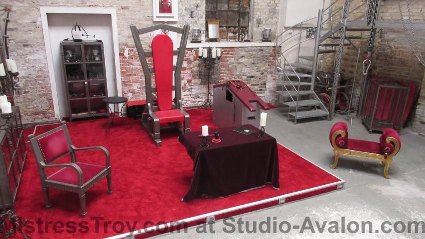 MISTRESS TROY Dominatrix NYC courtroom at Avalon prior to arrival of accused male slave Avalon Berlin